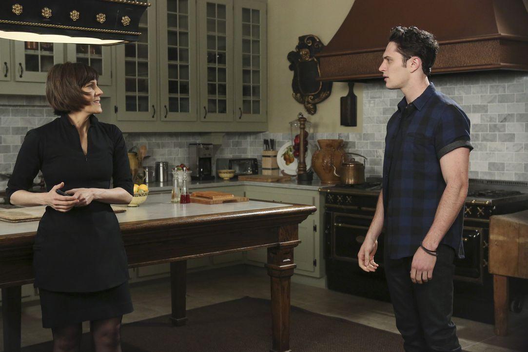 Wie wird Ethan (Colin Woodell, r.) reagieren, wenn er erfährt, wofür seine Mutter Opal (Joanna Adler, l.) seinen Wagen gebraucht hat? - Bildquelle: 2014 ABC Studios