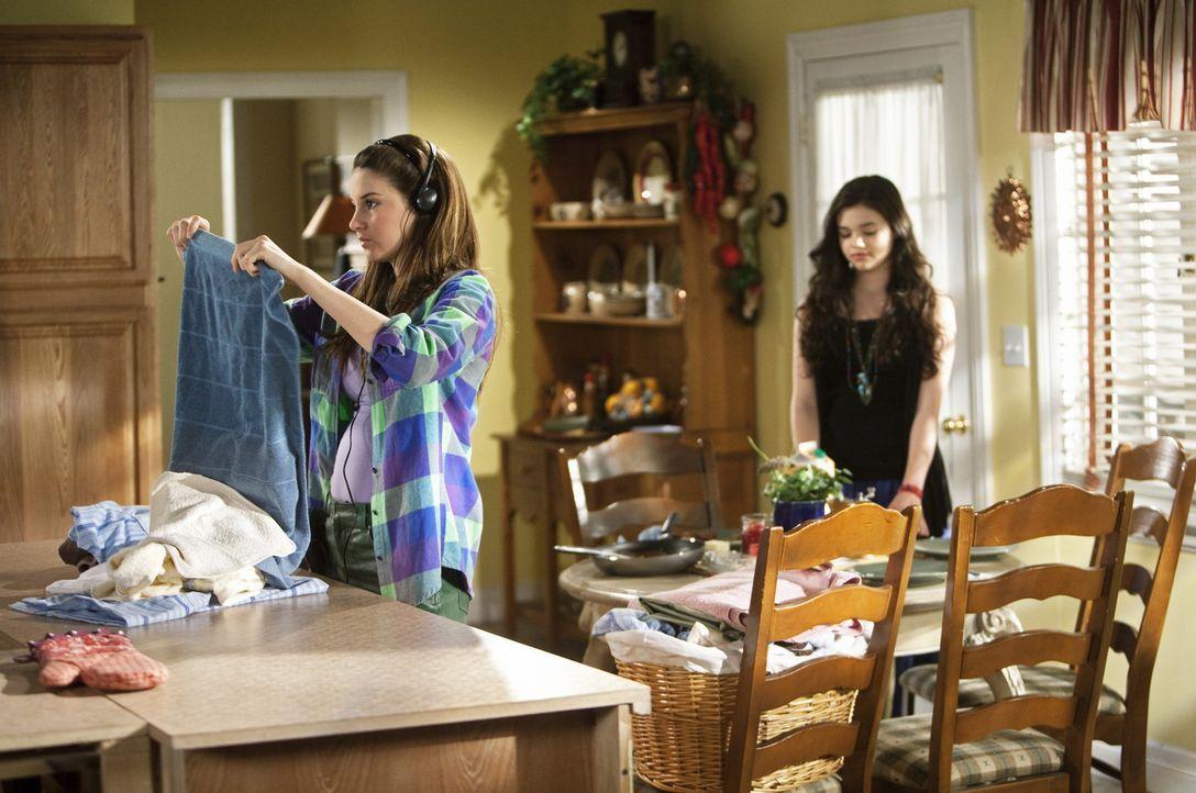 Ashley (India Eisley, r.) erzählt Amy (Shailene Woodley, l.), dass ihre Mutter sich mit David verlobt hat, obwohl sie noch nicht einmal geschieden... - Bildquelle: 2009 DISNEY ENTERPRISES, INC. All rights reserved. NO ARCHIVING. NO RESALE.