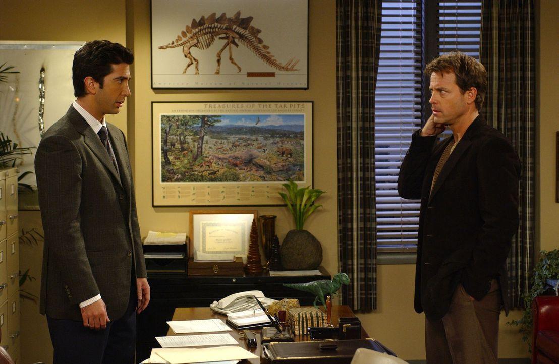 Ross (David Schwimmer, l.) steht vor einem Problem. Er muss bei Dr. Hobart (Greg Kinnear, r.) eine Prüfung bestehen um ein Forschungsstipendium zu k... - Bildquelle: 2003 Warner Brothers International Television