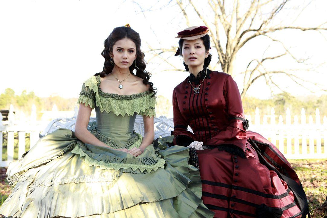 Pearl (Kelly Wu, r.) erklärt Katherine (Nina Dobrev, l.), dass die Menschen in Mystic Falls von der Existenz der Vampire wissen und sich nun dements... - Bildquelle: Warner Bros. Television
