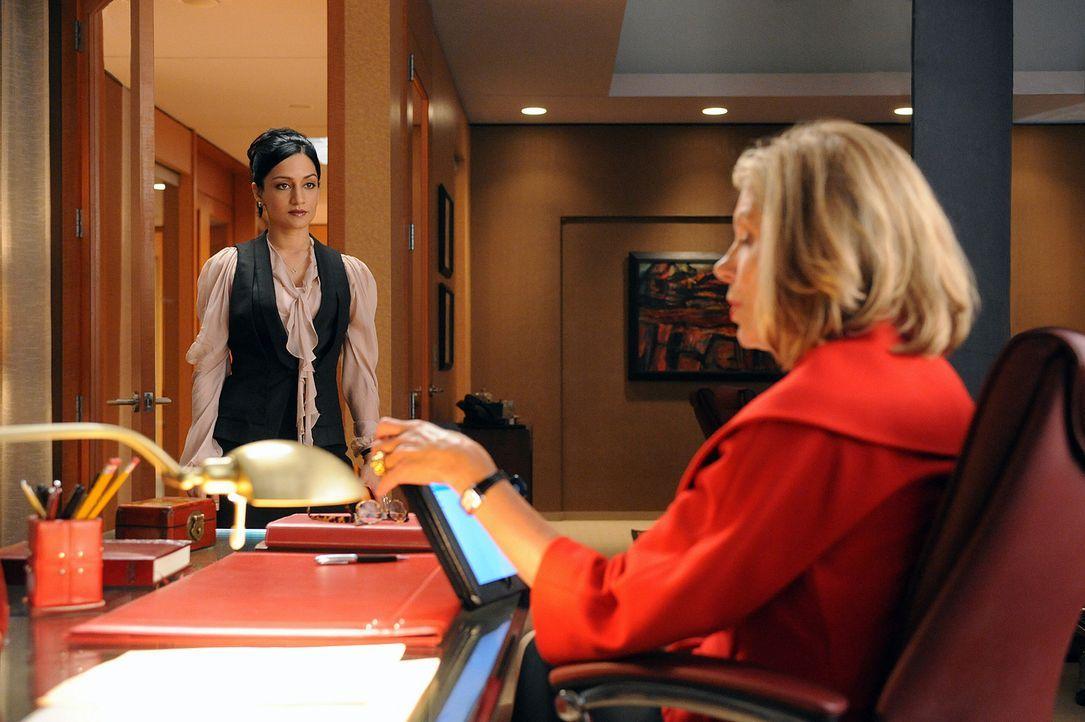Kalinda Sherma (Archie Panjabi, l.) soll für Diane Lockhart (Christine Baranski, r.) mal wieder ein paar Informationen beschaffen. - Bildquelle: CBS Broadcasting Inc. All Rights Reserved