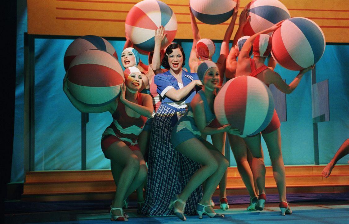 Mit ihren ganz besonderen Auftritten ziehen Jane (Camille O'Sullivan, M.) und die anderen Tänzerinnen die Menschen ins Theater ... - Bildquelle: The Weinstein Company All rights reserved