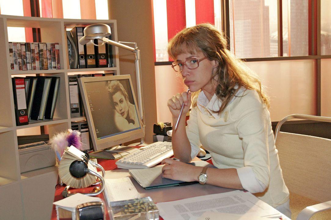 Worüber die schon wieder reden? Skeptisch beobachtet Lisa (Alexandra Neldel) von ihrem Schreibtisch aus David und Max. (Dieses Foto von Alexandra N... - Bildquelle: Sat.1