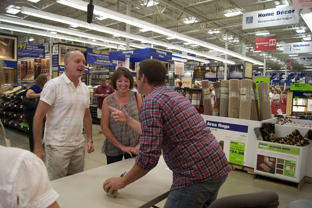 Josh Temple (r.) sucht im Baumarkt nach Heimwerkern, die Hilfe benötigen. Doch für wen wird es sich dieses Mal entscheiden? - Bildquelle: 2009, DIY Network/Scripps Networks, LLC