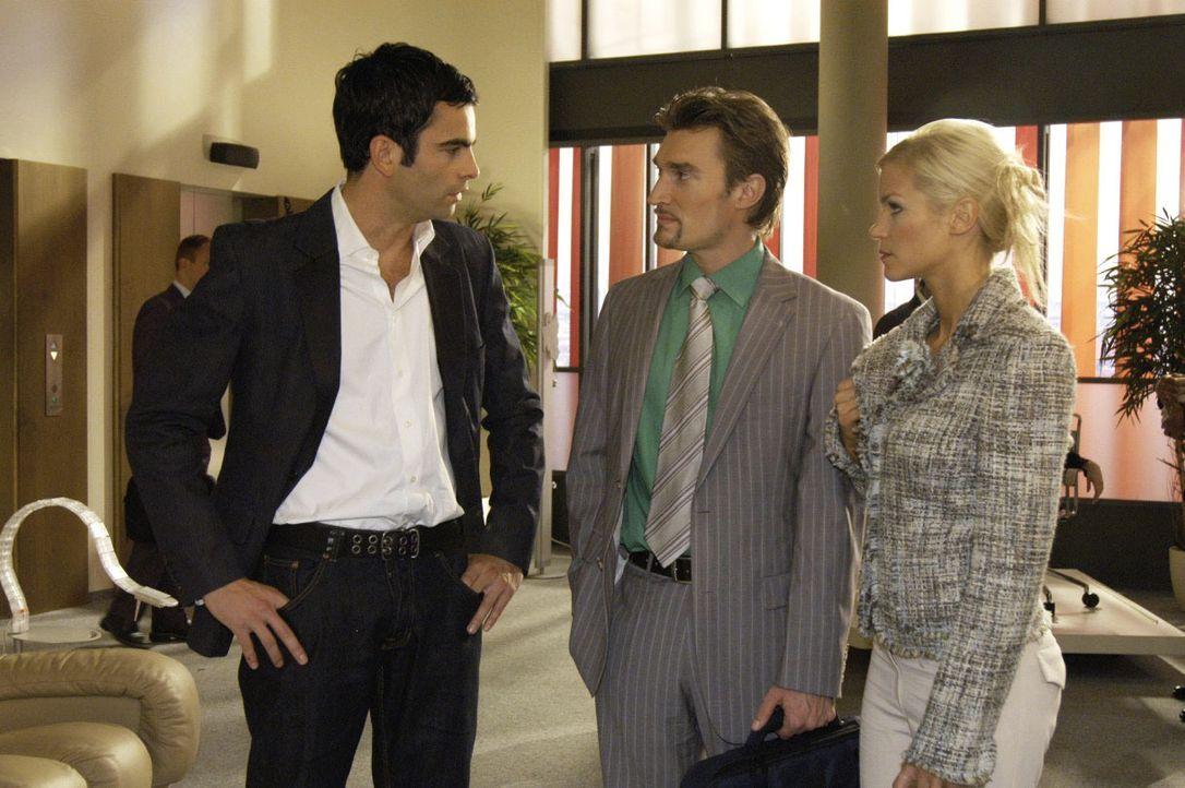Als David (Mathis Künzler, l.) den Verdacht erwähnt, dass Lisa womöglich vergiftet wurde, fühlen sich Richard (Karim Köster, M.) und Sabrina (Nina-F... - Bildquelle: Noreen Flynn SAT.1 / Noreen Flynn