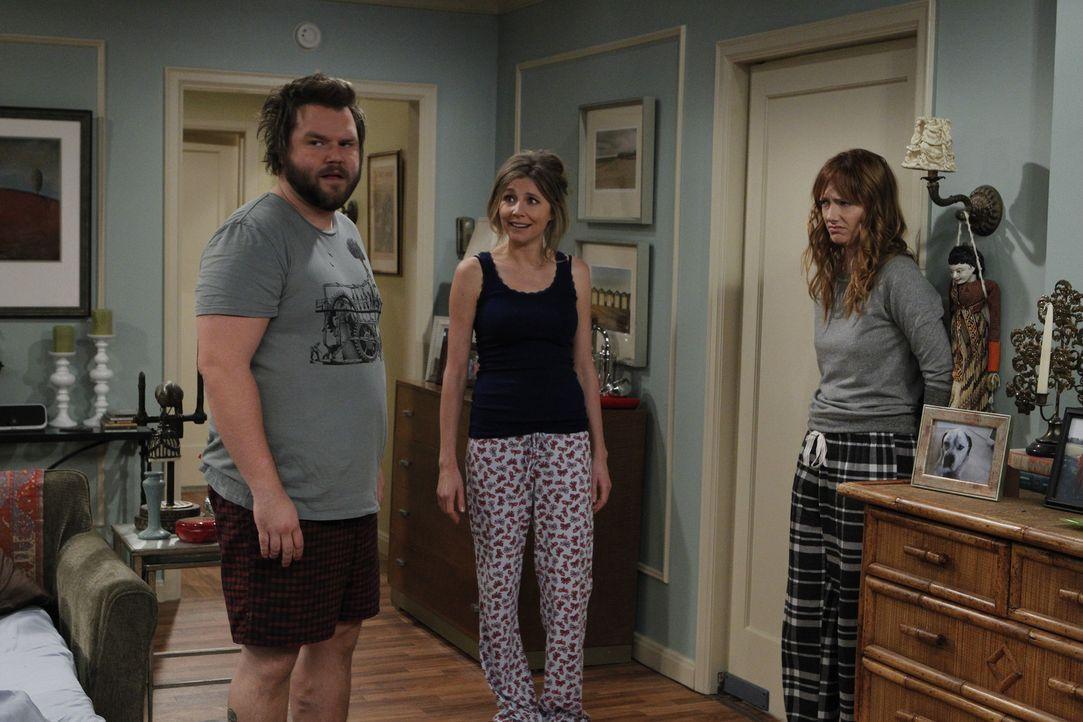 Connie (Judy Greer, r.) und Larry (Tyler Labine, l.) versuchen vor Kate (Sarah Chalke, M.) geheim zu halten, dass ihre kleine Schwester mit Larry di... - Bildquelle: CPT Holdings, Inc. All Rights Reserved.