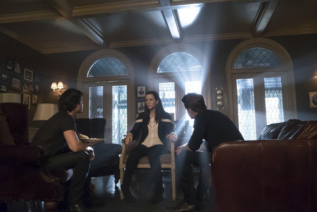 Ein Familientreffen zwischen Lily (Annie Wersching, M.), Damon (Ian Somerhalder, l.) und Stefan (Paul Wesley, r.) endet anders, als erwartet ... - Bildquelle: Warner Bros. Entertainment, Inc.