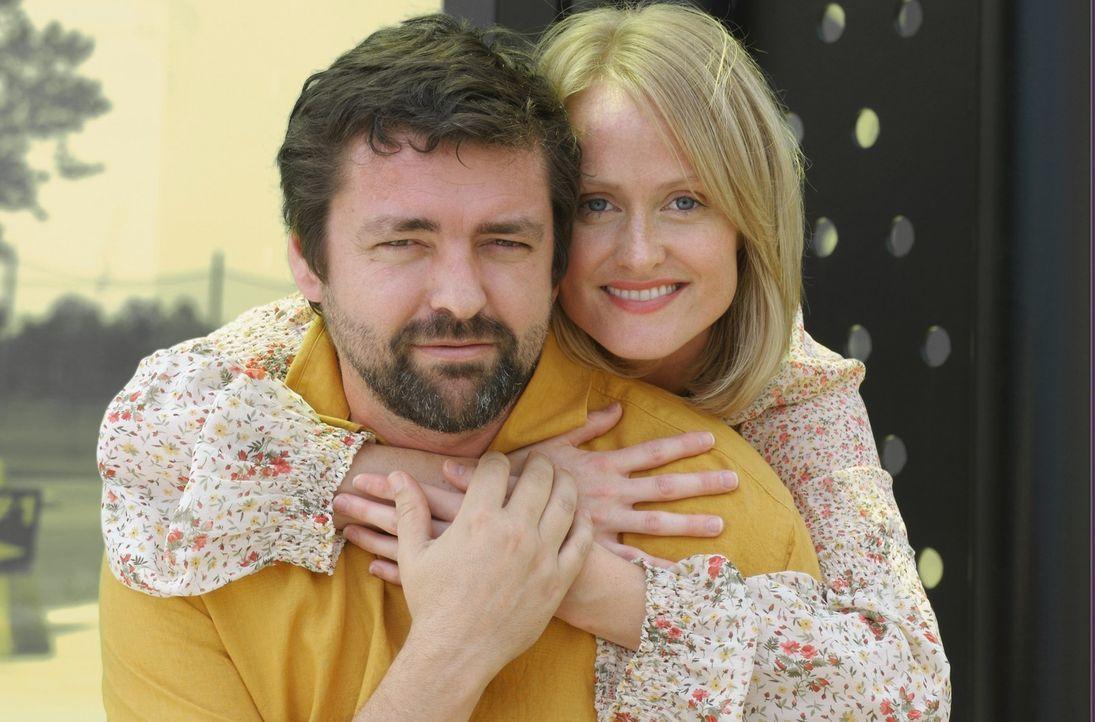 Sophie (Karine Vanasse, r.) und John (Angus MacFayden,l.) führen eine äußerst ungewöhnliche Beziehung. Jeder der Beiden betrachtet argwöhnisch... - Bildquelle: 2006 RHI Entertainment Distribution, LLC