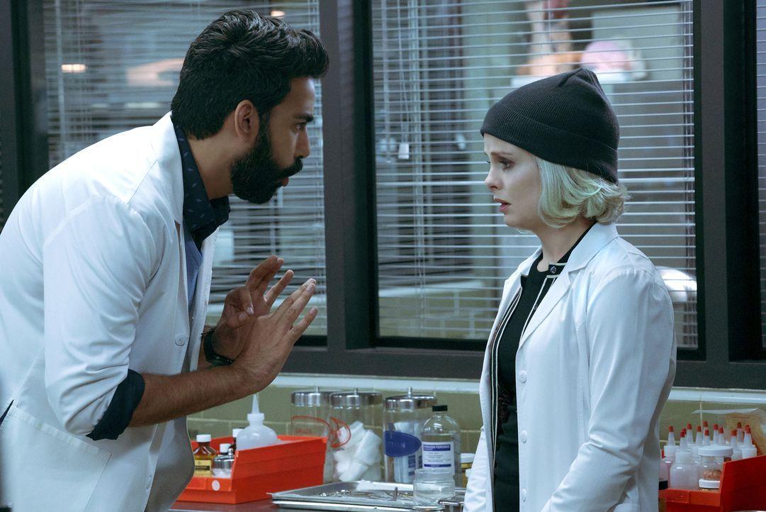 Ravi (Rahul Kohli, l.); Liv (Rose McIver, r.) - Bildquelle: Warner Bros.