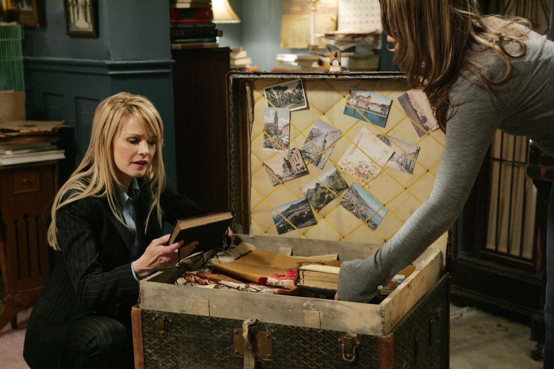 In alten Büchern die Emma Stone (Tyler Kain, r.) hat, erhofft sich Lilly Rush (Kathryn Morris, l.) etwas über den Mord von Frances Stone im Jahre 19... - Bildquelle: Warner Bros. Television