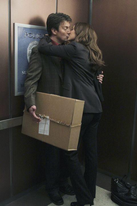 Im Fahrstuhl kommen sich Richard Castle (Nathan Fillion, l.) und die attraktive Schauspielerin Nathalie Rhodes (Laura Prepon, r.) bedeutend näher ... - Bildquelle: 2010 American Broadcasting Companies, Inc. All rights reserved.