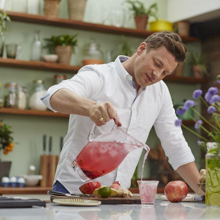 Jamie Oliver weiß, dass die richtige Ernährung das Leben verändern und verlängern kann. Darum reist er an die Orte, mit der gesündesten Ernährungswe... - Bildquelle: Matt Russell 2015 Jamie Oliver Enterprises Limited