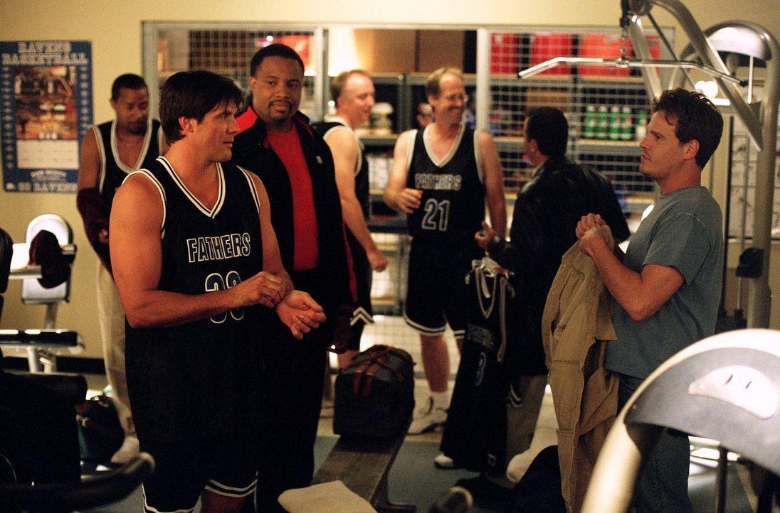 Das große Väter-Söhne-Basketballspiel steht bevor. Lucas spielt mit Dan (Paul Johansson, l.) und Nathan mit Keith (Craig Sheffer, r.) ... - Bildquelle: Warner Bros. Pictures