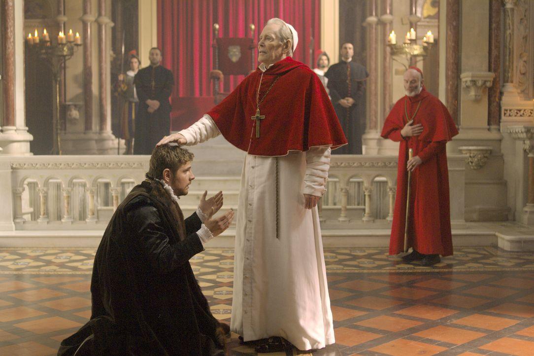 Nachdem Master William Brereton (James Gilbert, vorne l.) es nicht fertig brachte, Anne Boleyn zu töten, reist er nach Rom, um sich dort zur Ruhe zu... - Bildquelle: 2008 TM Productions Limited and PA Tudors II Inc. All Rights Reserved.