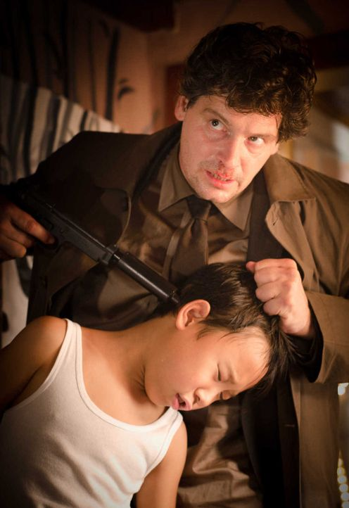 Feinde wider Willen: Kommissar Decker (Fritz Karl, hinten) und sein einziger Zeuge, Tao (Kevin Fang, r.) ... - Bildquelle: Silvia Zeitlinger SAT.1