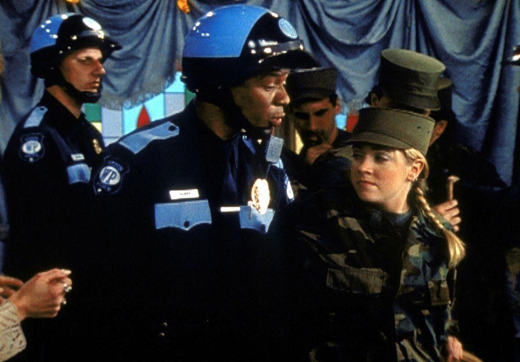 Durch die Sonnenflecken geht Sabrina (Melissa Joan Hart, r.) sehr oberflächlich mit ihren Zauberkräften um, was zu größten Problemen führt ... - Bildquelle: Paramount Pictures