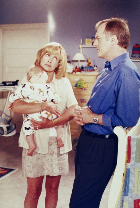 Eric (Stephen Collins, r.) wird von einem jungen Paar gebeten, sie zu trauen. Eric wird allerdings während der Gespräche mit dem Paar klar, dass er... - Bildquelle: The WB Television Network