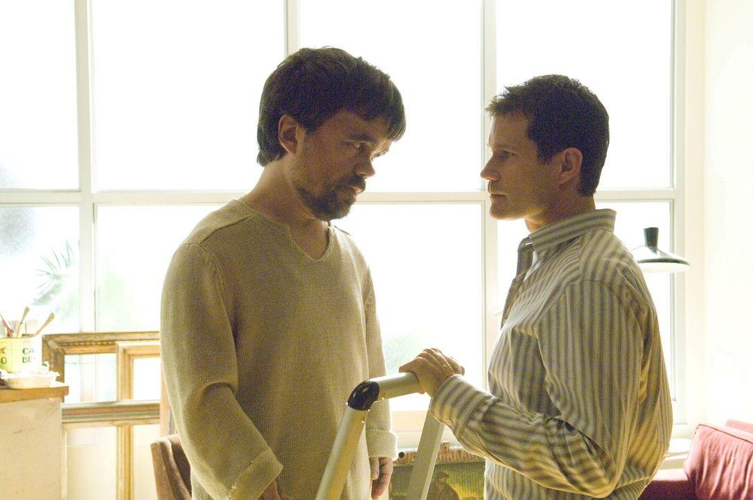 Sean (Dylan Walsh, r.) möchte von Marlowe (Peter Dinklage, l.) wissen, ob er ein Verhältnis mit seiner Frau hat. Um ihm die Wahrheit zu sagen und... - Bildquelle: TM and   2004 Warner Bros. Entertainment Inc. All Rights Reserved.