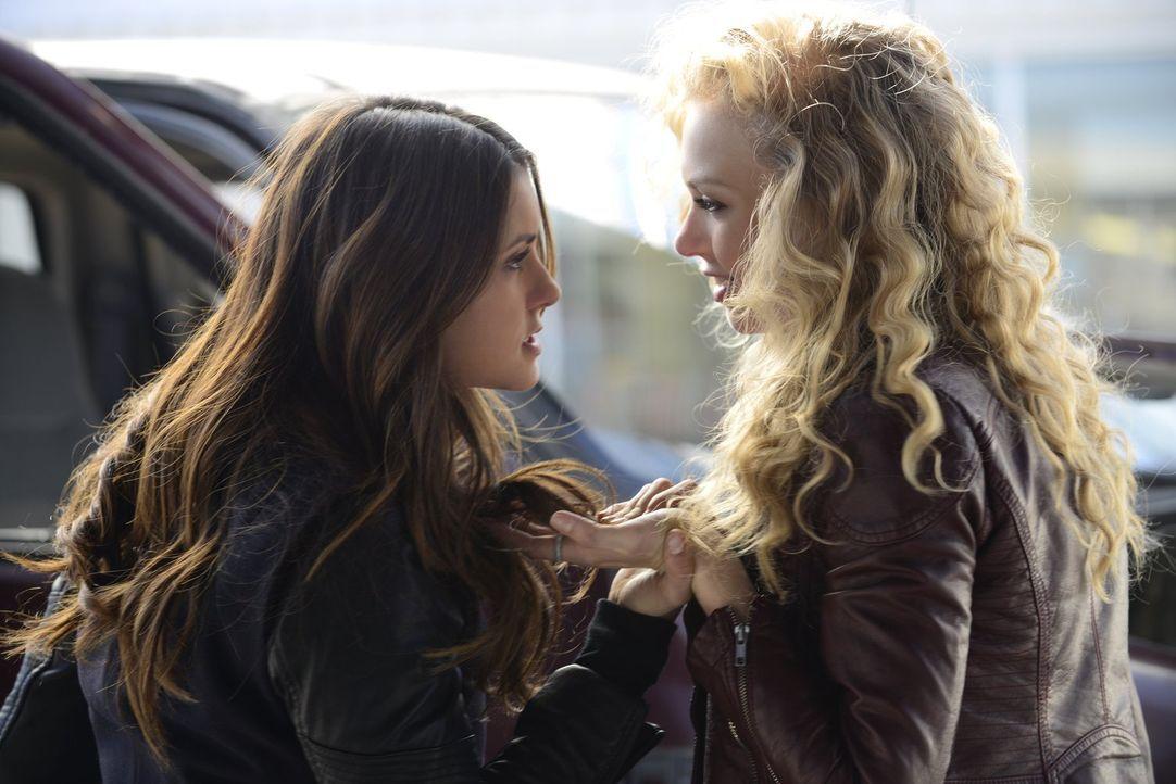 Was hat Liv (Penelope Mitchell, r.) mit Elena (Nina Dobrev, l.) vor? - Bildquelle: Warner Brothers