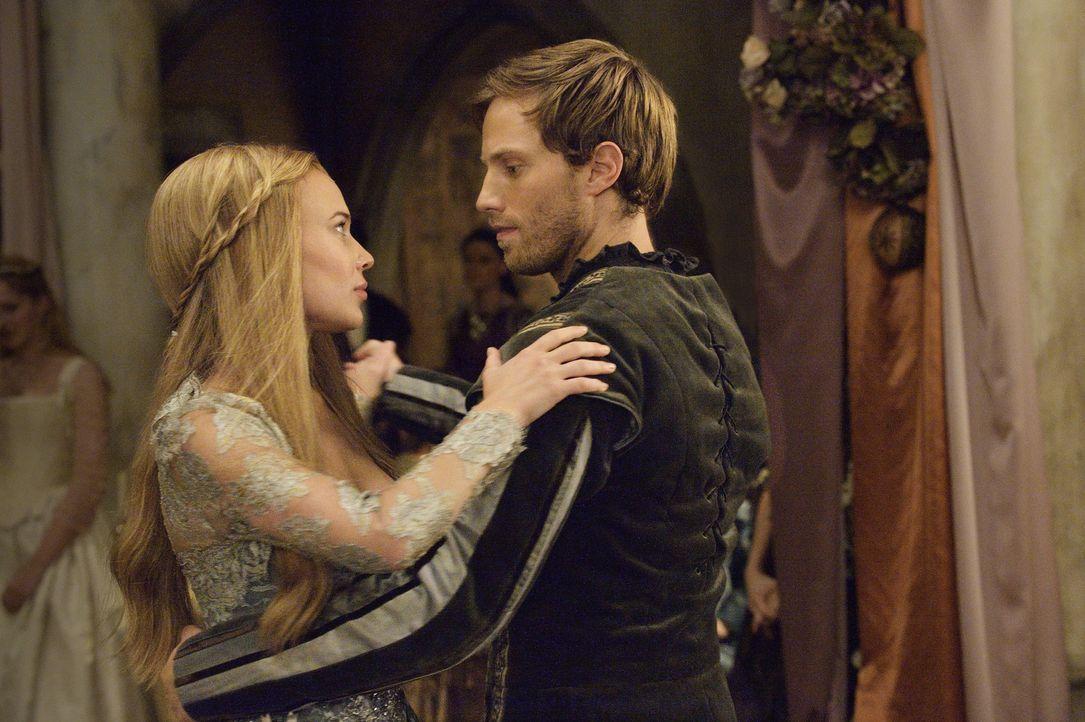 Ein intimer Tanz bringt Greer (Celina Sinden, l.) und Leith (Jonathan Keltz, r.) wieder näher ... - Bildquelle: Ben Mark Holzberg 2014 The CW Network, LLC. All rights reserved.