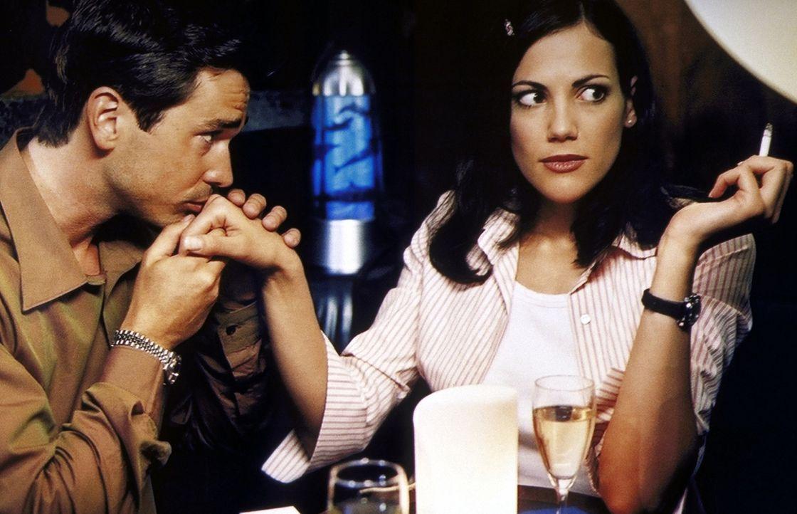 Wütend und enttäuscht beginnt Anne (Bettina Zimmermann, r.) einen Flirt mit ihrem Ex (Thorsten Grasshoff, l.) - sehr zu Stefans Freude ... - Bildquelle: ProSieben