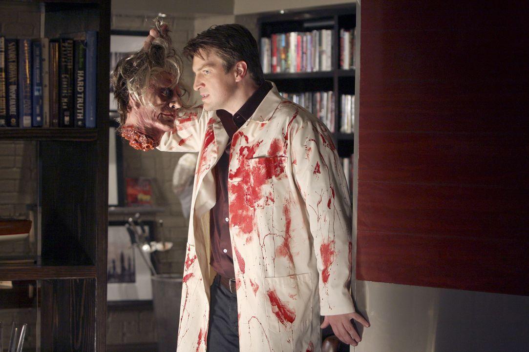 Mit makaberen Witzen kennt sich der Krimibuchautor Richard Castle (Nathan Fillion) bestens aus. - Bildquelle: ABC Studios