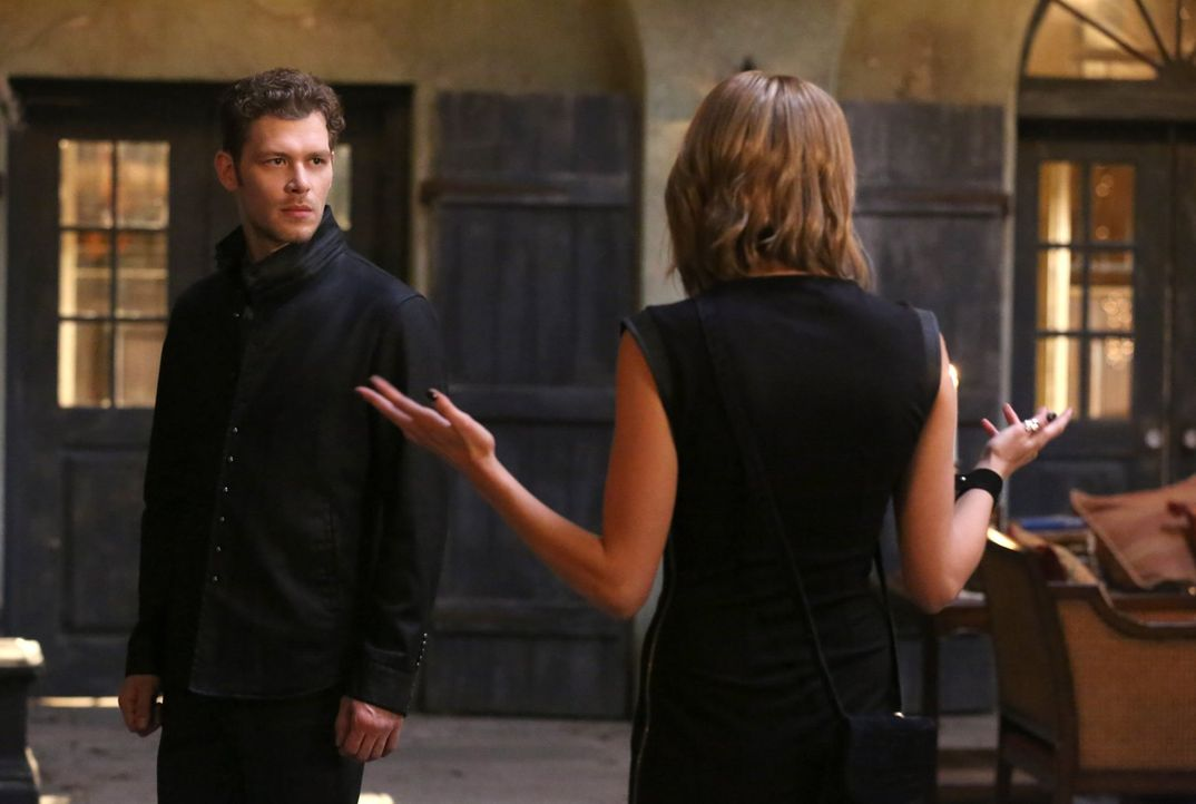Als Klaus (Joseph Morgan, l.) erfährt, dass Hayley verschwunden ist, bittet er Freya (Riley Voelkel, r.), sie mit einem Lokalisierungszauber zu find... - Bildquelle: Warner Bros. Entertainment Inc.