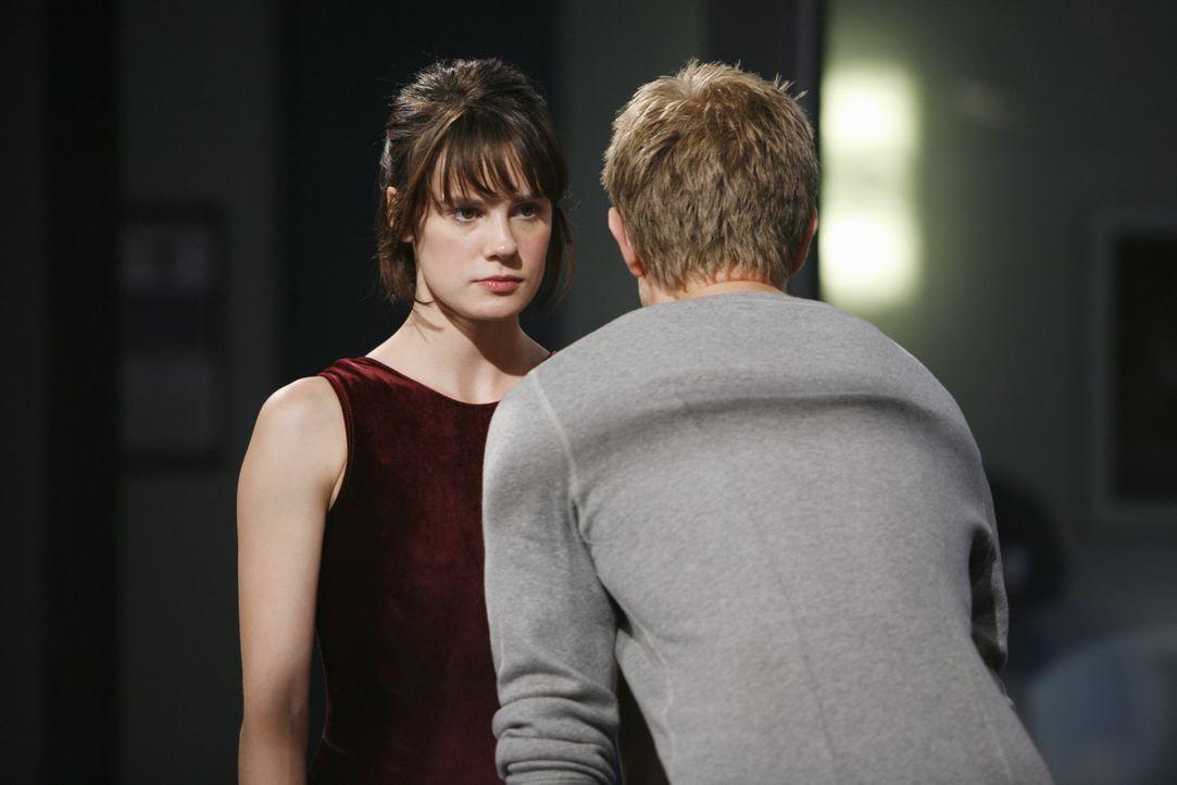 Wie wird Emily (Chelsea Hobbs, l.) die harten Worte von Trainer Sasha Beloff (Neil Jackson, r.) verkraften? - Bildquelle: 2009 DISNEY ENTERPRISES, INC. All rights reserved. NO ARCHIVING. NO RESALE.