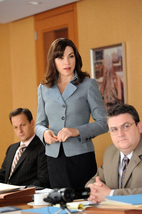 In den Räumen der Kanzlei treffen sich Will (Josh Charles, l.), Alicia (Julianna Margulies, M.) und Timothy Ash Brannon (Simon Dalenay, r.), der au... - Bildquelle: 2011 CBS Broadcasting Inc. All Rights Reserved.