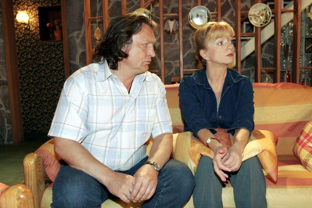 Helga (Ulrike Mai, r.) war allein zu Haus - und macht Bernd (Volker Herold, l.) wegen seines Wegbleibens nach Feierabend Vorwürfe - schließlich ha... - Bildquelle: Sat.1