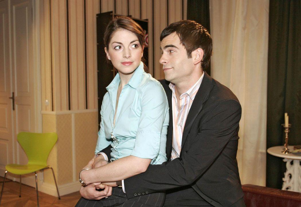 David (Mathis Künzler, r.) will von Mariella (Bianca Hein, l.) wissen, ob sie sich ein Leben ohne Kerima Moda vorstellen könnte. Doch das kommt f - Bildquelle: Sat.1