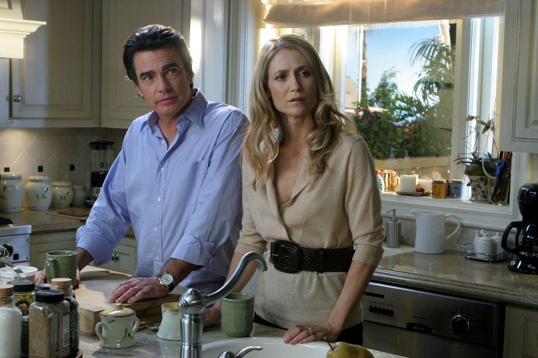 Sandy (Pater Gallagher, l.) und Kirsten (Kelly Rowan, r.) finden endlich wieder einen Draht zu Ryan, der von Taylor total in Beschlag genommen wird... - Bildquelle: Warner Bros. Television