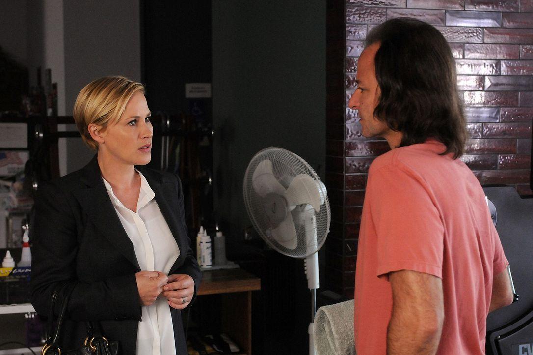 Neal Greybridge (Fisher Stevens, r.) ist sehr dankbar, dass dank Allison (Patricia Arquette, l.) endlich der Täter, der ihn vor elf Jahren überfalle... - Bildquelle: Paramount Network Television