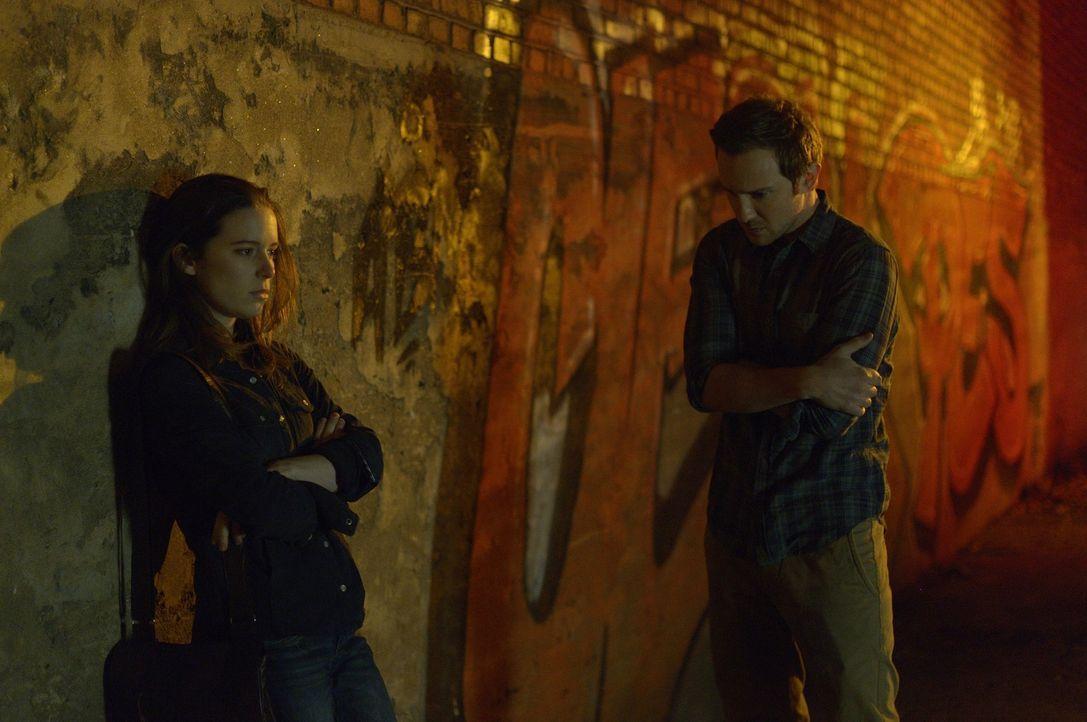 Emily (Alison Louder, l.) ist geschockt als sie erfährt, dass Josh (Sam Huntington, r.) ein Werwolf ist, während Sally sich in ihrem Zimmer einsperr... - Bildquelle: Phillipe Bosse 2013 B.H. 2 Productions (Muse) Inc. ALL RIGHTS RESERVED.