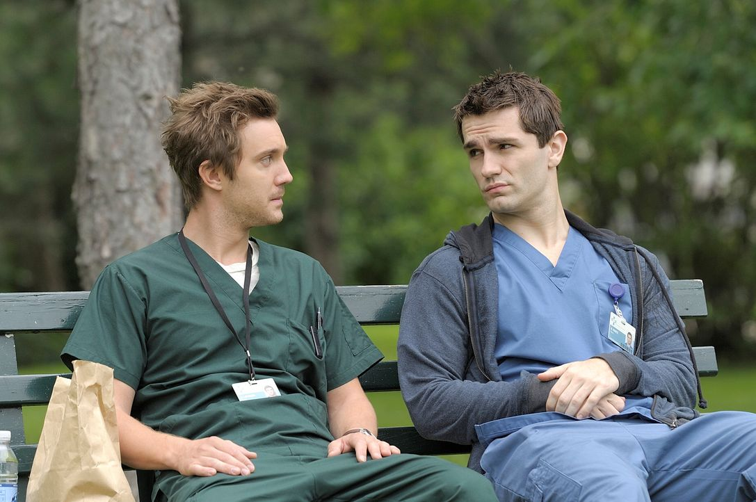 Der Vampir Aidan (Sam Witwer, r.) und der Werwolf Josh (Sam Huntington, l.), beide im bürgerlichen Alltag als Krankenpfleger tätig, beschließen,... - Bildquelle: Phillipe Bosse Syfy Channel
