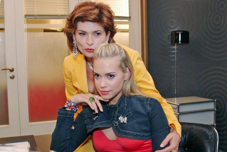 Sophie (Gabrielle Scharnitzky, l.) tröstet Kim (Lara-Isabelle Rentinck, r.), die sich von ihrem Vater abgewiesen fühlt. - Bildquelle: Noreen Flynn SAT.1 / Noreen Flynn