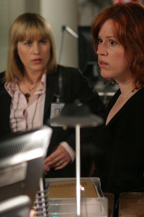 Kathleen (Molly Ringwald, r.) ist verzweifelt. Sie bittet Allison (Patricia Arquette, l.) um Hilfe … - Bildquelle: Paramount Network Television
