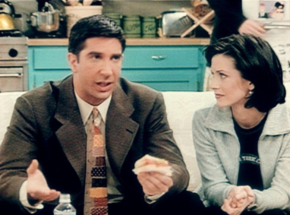 Ross (David Schwimmer, l.) redet mit seiner Schwester Monica (Courteney Cox, r.) über die bevorstehende Hochzeit seiner Exfrau. - Bildquelle: TM+  2000 WARNER BROS.