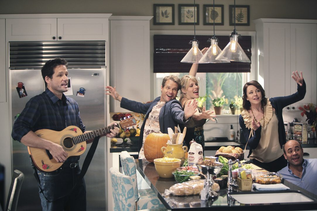 Obwohl - oder gerade weil - Travis sie (v.l.n.r.) Grayson (Josh Hopkins), Bobby (Brian Van Holt), Laurie (Busy Philipps), Ellie (Christa Miller) und... - Bildquelle: 2009 ABC INC.