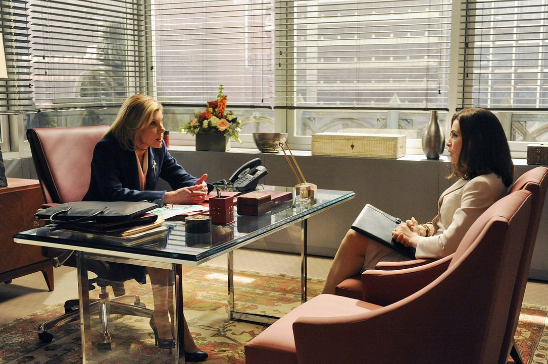 Diane (Christine Baranski, l.) spricht mit Alicia (Julianna Margulies, r.) über ihre Stellung in der Firma ... - Bildquelle: CBS Broadcasting Inc. All Rights Reserved