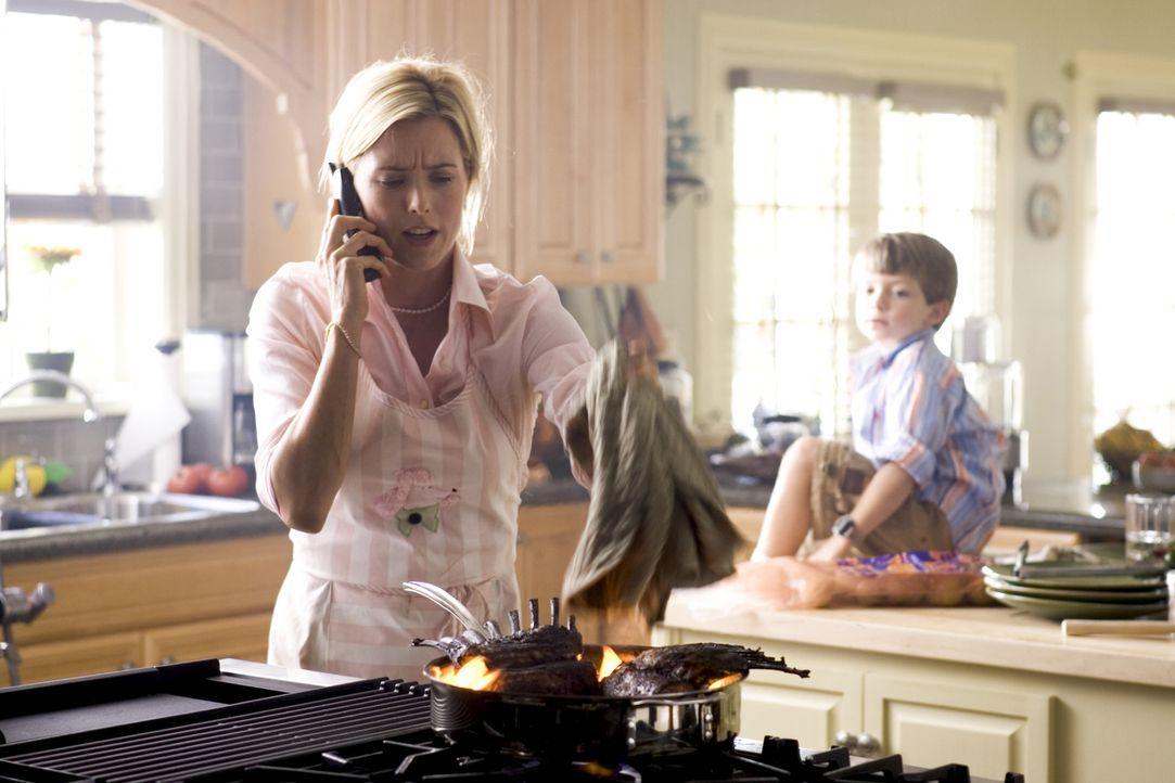 Jane (Téa Leoni, l.) hat nach Dicks Beförderung ihren Job gekündigt, um sich nun voll und ganz um Haushalt und Kinder (Aaron Michael Drozin, r.) zu... - Bildquelle: Sony Pictures Television International. All Rights Reserved.