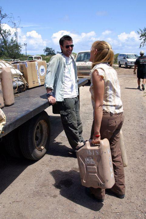Mit wenigen Medikamenten ist Carter (Noah Wyle, l.) im Kongo angekommen ... - Bildquelle: National Broadcasting Company (NBC)