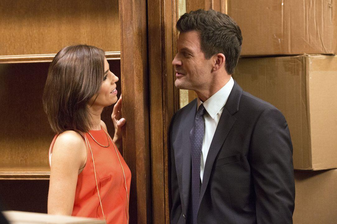 Als Marisol (Ana Ortiz, l.) Nicholas (Mark Deklin, r.) bittet einen alten Schrankraum von Dahlia leer zu räumen, reagiert er darauf anders, als erwa... - Bildquelle: 2014 ABC Studios