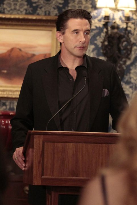 William (William Baldwin) nutzt die Gelegenheit und macht Lily eine Liebeserklärung ... - Bildquelle: Warner Bros. Television