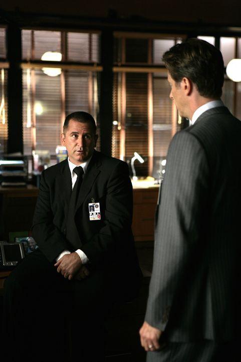 In der FBI-Abteilung des suspendierten Jack Malone (Anthony LaPaglia, l.) erscheint der neue Boss (Steven Weber, r.), der auch Vorgesetzter von Jack... - Bildquelle: Warner Bros. Entertainment Inc.