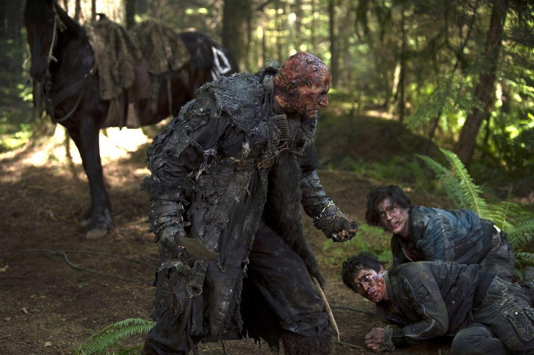 Eigentlich will der Grounder Tristan (Joseph Gatt, l.) Bellamy (Bob Morley, M.) und Finn (Thomas McDonell, r.) zu seinem Anführer bringen, doch dann... - Bildquelle: 2014 Warner Brothers