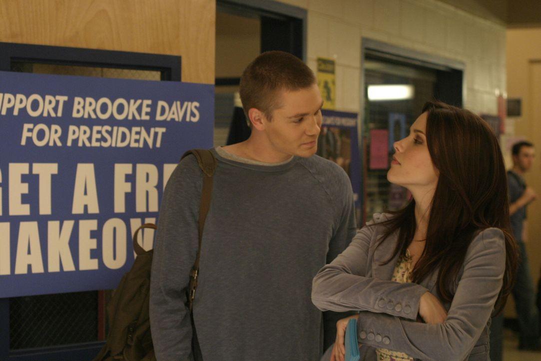 Die Spannung vor der Wahl steigt: Lucas (Chad Michael Murray, l.) unterstützt Brooke (Sophia Bush, r.), wo er nur kann ... - Bildquelle: Warner Bros. Pictures