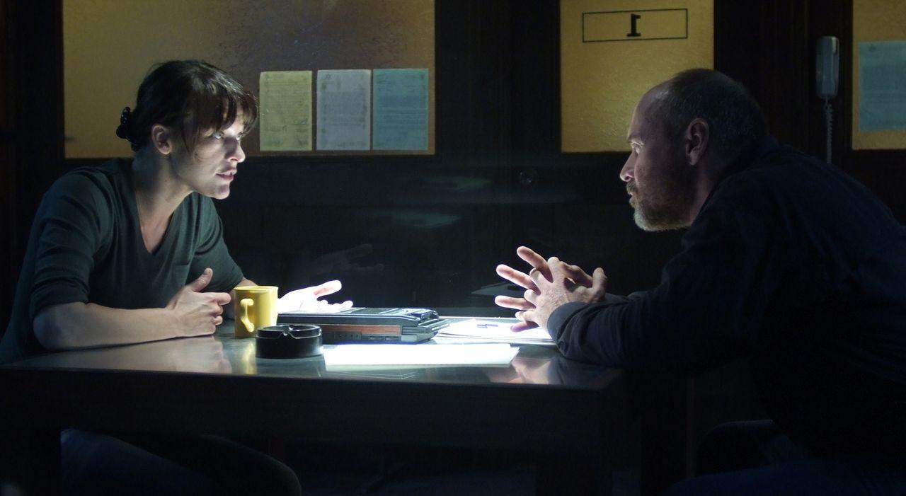 Auch wenn Dr. Abbey Tyler (Milla Jovovich, l.) selbst nicht versteht, was in Nome vor sich geht, muss sie versuchen die Tat und ihr eigenes Handeln... - Bildquelle: 2009 Gold Circle Films LLC.  All rights reserved