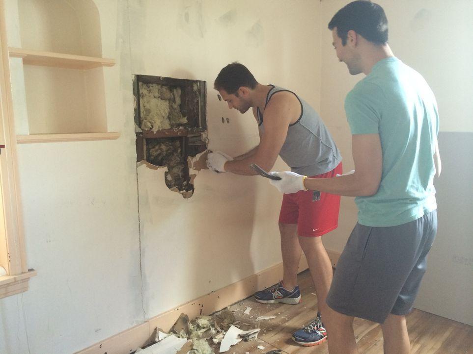 Als Ben (l.) und Will (r.) ein renovierungsbedürftiges Haus kaufen, es umbauen und gewinnbringend verkaufen wollen, geraten sie schnell an ihre Gren... - Bildquelle: 2014, DIY Network's/Scripps Network's, LLC.