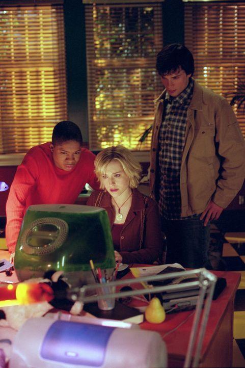 Nach mehreren mysteriösen Todesfällen in Smallville beginnen Chloe (Allison Mack, M.), Pete (Sam Jones III., l.) und Clark (Tom Welling, r.) zu rech... - Bildquelle: Warner Bros.